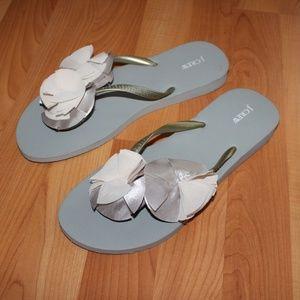 NWOT J.Crew Sz 9 Camellia Flower Flip-Flop Sandals